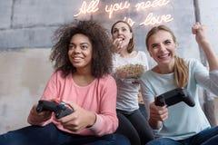 Jeunes filles de sourire ayant l'amusement à la maison Photos stock