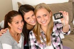 Jeunes filles de sourire prenant l'autoportrait Photographie stock libre de droits