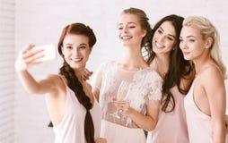 Jeunes filles de sourire prenant un selfie ensemble Images stock
