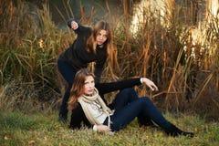 Jeunes filles en stationnement d'automne Photo stock