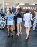 Jeunes filles et cyclistes Photographie stock