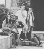 Jeunes filles et garçons avec des instruments de musique Images stock