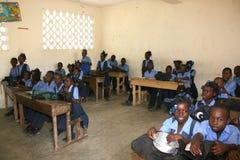 Jeunes filles et garçons haïtiens d'école dans la salle de classe Photographie stock