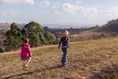 Jeunes filles explorant la réservation de marche de région sauvage Photo stock