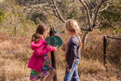 Jeunes filles explorant la réservation de région sauvage Photographie stock
