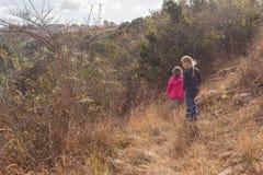 Jeunes filles explorant la réservation de région sauvage Photo libre de droits
