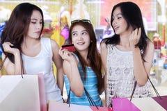 Jeunes filles faisant des emplettes ensemble Image libre de droits