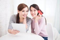 Jeunes filles faisant des emplettes sur l'Internet Photos libres de droits