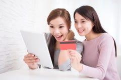 Jeunes filles faisant des emplettes sur l'Internet Image libre de droits