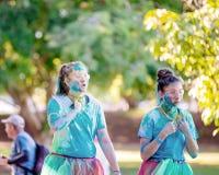 Jeunes filles fatiguées dans la course d'amusement de frénésie de couleur image stock
