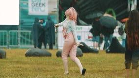 Jeunes filles gaies de mouvement lent danccing sous la pluie au festival d'été banque de vidéos