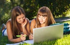 Jeunes filles heureuses à l'aide d'un ordinateur Photo libre de droits