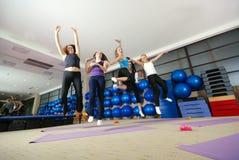 Jeunes filles heureuses branchant haut Photographie stock libre de droits