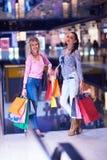 Jeunes filles heureuses dans le centre commercial Image libre de droits