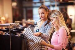 Jeunes filles heureuses dans le centre commercial Photographie stock libre de droits