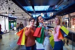 Jeunes filles heureuses dans le centre commercial Photographie stock