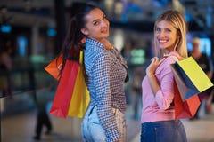 Jeunes filles heureuses dans le centre commercial Photo stock