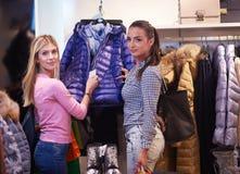 Jeunes filles heureuses dans le centre commercial Photo libre de droits