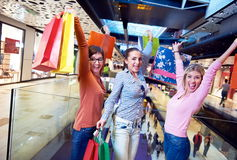 Jeunes filles heureuses dans le centre commercial Images stock