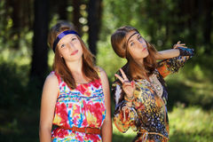 Jeunes filles heureuses dans une forêt Photos stock