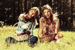 Jeunes filles heureuses de mode avec une corbeille de fruits sur la nature Photo stock