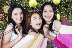 Jeunes filles heureuses regardant l'appareil-photo Photos stock