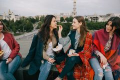 Jeunes filles joyeuses passant le bon temps ensemble Photo stock