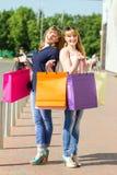 Jeunes filles jumelles ayant l'amusement avec rire Photo libre de droits