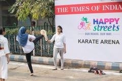 Jeunes filles pratiquant le karaté image libre de droits