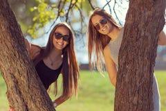 Jeunes filles riant et ayant l'amusement en parc Photo stock