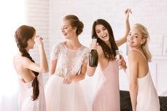 Jeunes filles riantes ayant l'amusement à la maison Photo libre de droits
