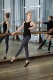 Jeunes filles s'exerçant pendant la classe de ballet Image stock