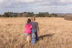 Jeunes filles soulageant la région sauvage de marche Photographie stock