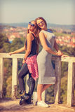 Jeunes filles souriant et posant en parc Photographie stock libre de droits