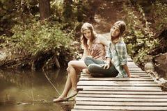Jeunes filles sur la passerelle Images stock
