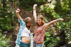 Jeunes filles sur la passerelle Photographie stock