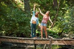 Jeunes filles sur la passerelle en bois Images stock