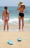 Jeunes filles sur la plage Images libres de droits