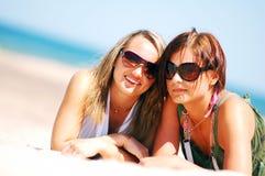 Jeunes filles sur la plage d'été Image libre de droits