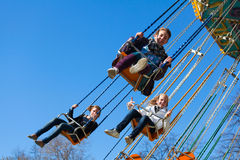 Jeunes filles sur le carrousel d'oscillation Photo stock