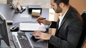Jeunes finances élégantes de comptabilité d'homme clips vidéos