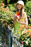 Jeunes fleuristes féminins dans le fonctionnement de tablier Images libres de droits