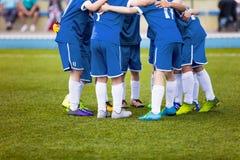 Jeunes footballeurs du football dans les vêtements de sport bleus Jeune équipe de sports Photographie stock libre de droits