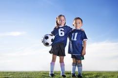 Jeunes footballeurs sur une équipe photo stock