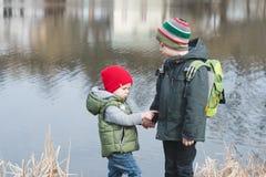 Jeunes frères étreignant chaque autres Concept d'amitié de confrérie Photo stock