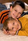 Jeunes frères affectueux photos libres de droits