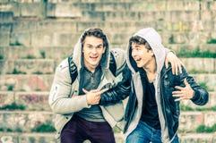 Jeunes frères de hippie ayant l'amusement les uns avec les autres Photographie stock