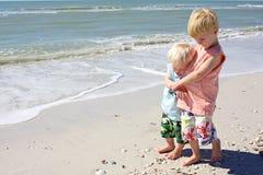 Jeunes frères marchant ensemble sur la plage Photo libre de droits