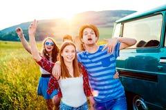 Jeunes frieds avec la nature campervan et verte et le ciel bleu Photos libres de droits