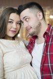 Jeunes futurs parents sur le fond des lumières lumineuses du garla Photographie stock